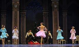 宫殿年轻女孩这芭蕾胡桃钳 免版税库存图片