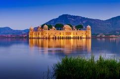 水宫殿Jal玛哈尔在晚上 人Sager湖,斋浦尔, Rajasth 免版税库存图片