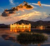 宫殿Jal Mahal在晚上 在人S的Jal玛哈尔(水宫殿) 库存照片