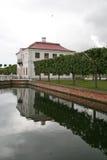宫殿Marli在池塘附近的Petergof更低的公园, Petergof,俄罗斯 免版税库存图片