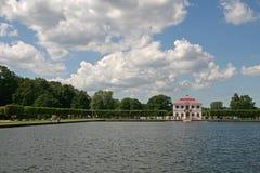 宫殿Marli在池塘附近的Petergof更低的公园, Petergof,俄罗斯 免版税图库摄影