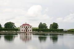 宫殿Marli在池塘附近的Petergof更低的公园, Petergof,俄罗斯 免版税库存照片
