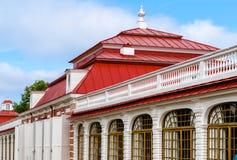 宫殿Monplaisir的博物馆的门面在Peterhof,在圣彼德堡附近 免版税库存图片