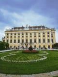 宫殿schonbrunn维也纳 庭院场面 免版税库存照片