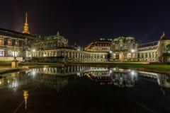 宫殿Zwinger在夜德累斯顿,德国之前 免版税图库摄影