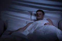 害怕的人在床上 免版税库存图片