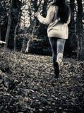 害怕的女孩赛跑 免版税库存图片