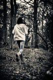 害怕的女孩赛跑 库存图片
