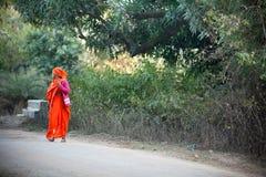 害怕的女性印第安红色莎丽服 库存照片