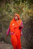 害怕的女性印第安红色莎丽服 免版税库存照片