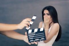 害怕的女演员射击电影场面 免版税库存照片