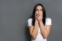害怕的妇女覆盖物嘴用手 免版税库存照片