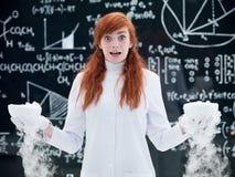 害怕的学生在化学实验室 免版税库存照片