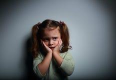 害怕的孩子女孩用手临近看与恐怖的面孔 免版税库存图片