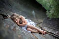 害怕的小女孩画象在森林里 免版税库存照片
