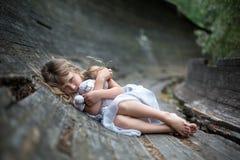 害怕的小女孩画象在森林里 免版税库存图片