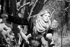 害怕的少妇在森林里 免版税库存图片