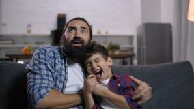 害怕的父亲和儿子观看的恐怖电影 股票视频