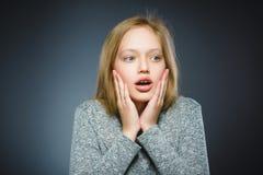害怕的特写镜头和冲击了小女孩 人的情感面孔表示 免版税库存图片