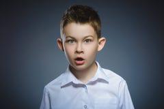 害怕的特写镜头和冲击了小男孩 人的情感面孔表示 图库摄影
