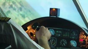 害怕的飞行员有心脏病发作在驾驶舱,跌倒的飞机,空气坠机事件 股票录像
