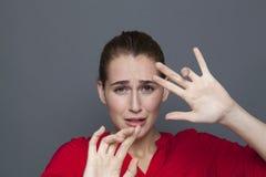 害怕的20s女孩的消极感觉概念 库存图片