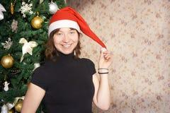 害怕表面女孩纵向惊奇的年轻人 新年度 圣诞节Tree.â关闭圣诞树 库存照片