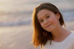 害怕表面女孩纵向惊奇的年轻人 免版税库存照片