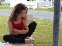 害怕表面女孩纵向惊奇的年轻人 库存照片