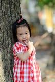 害羞的亚裔女孩在室外的公园 图库摄影