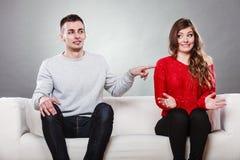 害羞的妇女和人坐沙发 第一个日期 库存照片