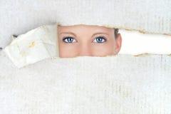 害羞的妇女,暗藏的秀丽 免版税库存图片