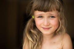 害羞的小女孩画象  免版税图库摄影
