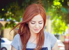 害羞的红发女孩 免版税库存照片