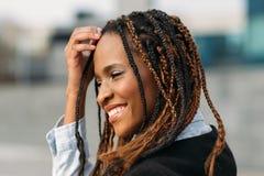 害羞的非裔美国人的妇女 愉快的设计 库存照片