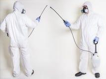害虫控制工作者,喷洒 免版税库存图片
