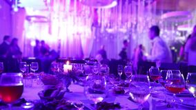宴会桌在有玻璃和一个蜡烛的一家餐馆 以桌为背景的人舞蹈 苹果背景宴会篮子重点果子葡萄汁橙色沙拉制表果子馅饼 股票录像