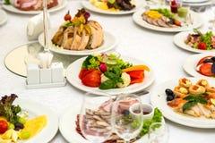 宴会桌在餐馆服务与各不相同的饮餐 图库摄影
