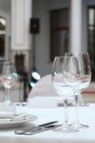 宴会桌在餐馆 免版税库存图片