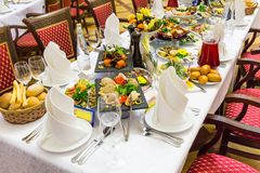 宴会盘dof集中浅一家的餐馆 各种各样的纤巧、快餐和饮料在节日庆典 承办酒席 库存照片