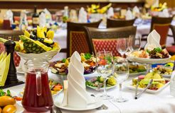 宴会盘dof集中浅一家的餐馆 各种各样的纤巧、快餐和饮料在节日庆典 承办酒席 库存图片