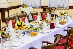 宴会盘dof集中浅一家的餐馆 各种各样的纤巧、快餐和饮料在节日庆典 承办酒席 免版税库存照片