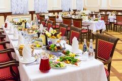 宴会盘dof集中浅一家的餐馆 各种各样的纤巧、快餐和饮料在节日庆典 承办酒席 免版税图库摄影