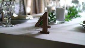 宴会装饰了桌,与利器 婚礼装饰在宴会大厅里 一张欢乐桌的服务,板材,餐巾 影视素材