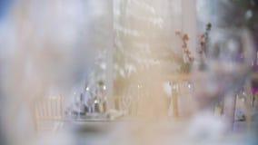 宴会装饰的桌在餐馆 冬天样式装饰在宴会大厅里 股票录像
