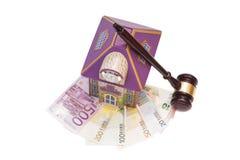 家、欧洲金钱和惊堂木 免版税库存图片