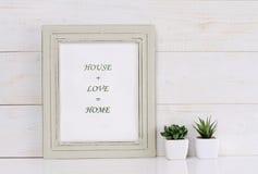 家、爱、家庭和幸福概念 在框架破旧的别致,葡萄酒样式的海报 斯堪的纳维亚样式家室内装璜 库存图片