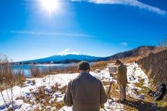 画家与富士山的图画图片和kawaguchiko从自然生存中心的湖背景 免版税图库摄影