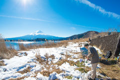 画家与富士山的图画图片和kawaguchiko从自然生存中心的湖背景 库存图片