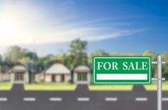 家与绿色的待售待售标志 免版税库存图片